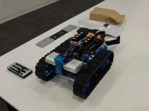 線に沿って走行するロボットとリモコン